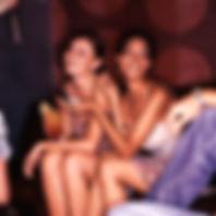 Les filles dans un bar