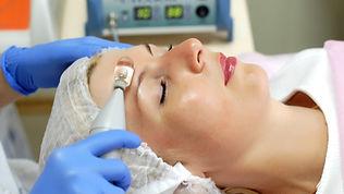 Kopf hübsche Frau mit Behandlung neuartige Methode biomechanische Stimulation (BMS)