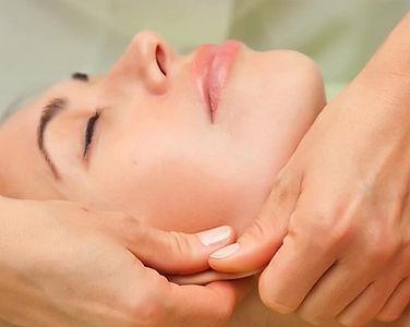 Bio Fascial manuelle Behandlung einer jungen Frau im Gesicht