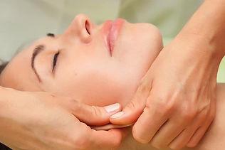 Behandlung eines Frauengesichts mit Bio Fascial Gesichtsstraffung, Konturenfestigung und Faltenreduktion