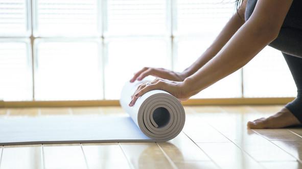 yoga Matte wird eingerollt
