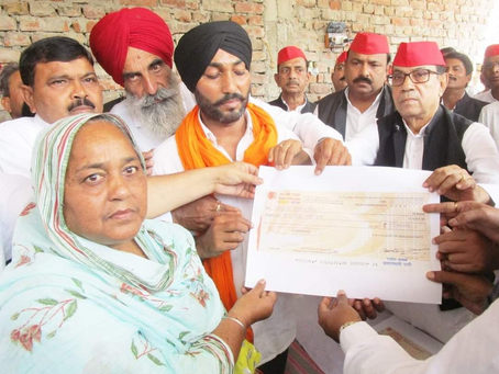 लखीमपुर खीरी: सपा ने मृतक किसानों के परिजनों को दिए 25 लाख