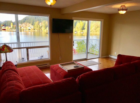 livingroom2(lakeview).jpg