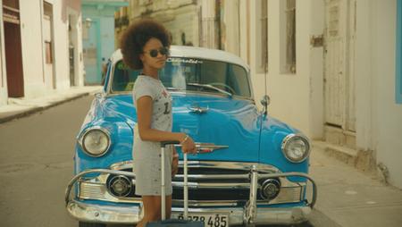 Cuba_Afl2_ Vrouw bij blauwe auto001.png