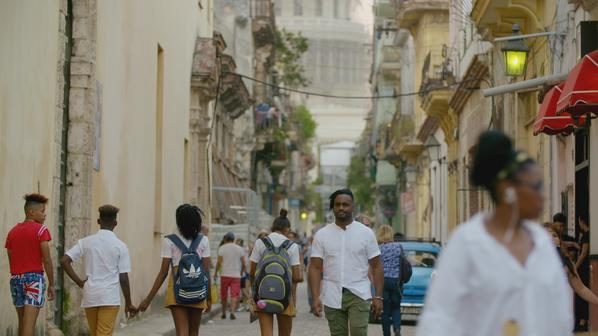 Cuba_Afl3_Yuri loopt op straat001.png
