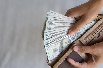 manos-mujer-sacando-dinero-billetes-dola