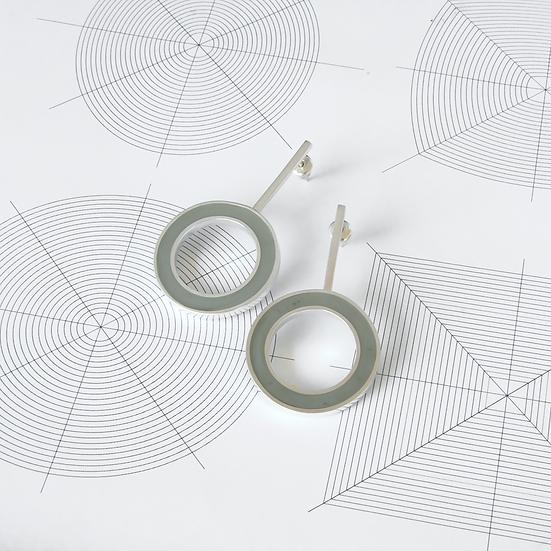 'Hoop' earrings with grey resin