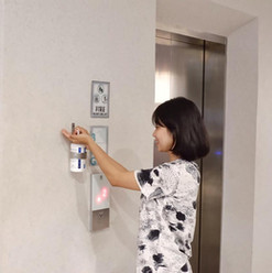 hand sanitizer di depan lift