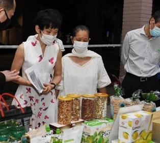 环境部 部长 傅海燕 参观当天的义卖产品