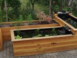 Un guide jardin naturel construit un bassin.