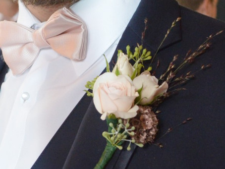 Boutonniere Etiquette – Who Wears Boutonnieres at a Wedding?