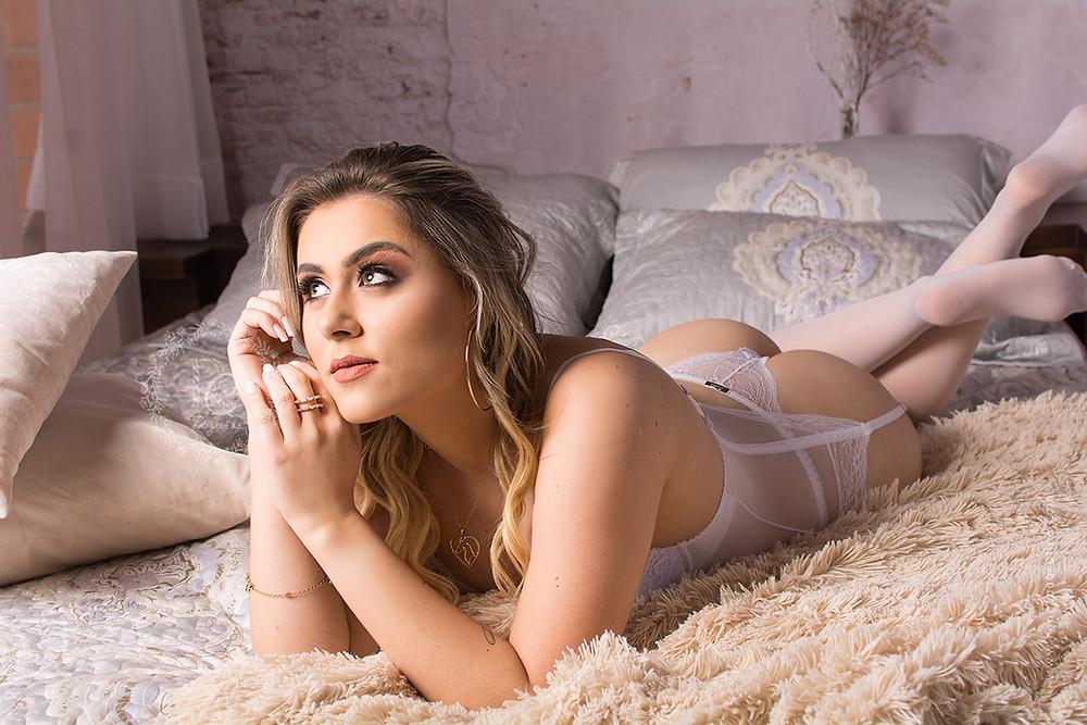 book boudoir mulher deitada na cama loira
