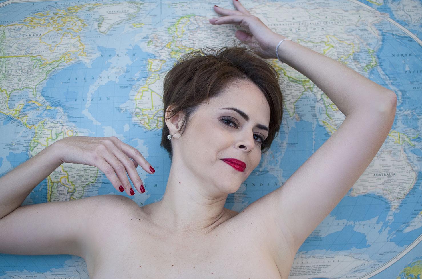 ensaio-fotográfico-temático-viagem-mapa-mundi-nú-sensual-curitiba