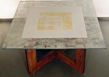 tavolo in noce e vetro stratificato in foglia argento