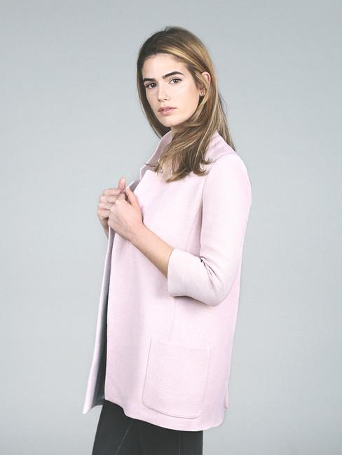 Модель в розовой рубашке