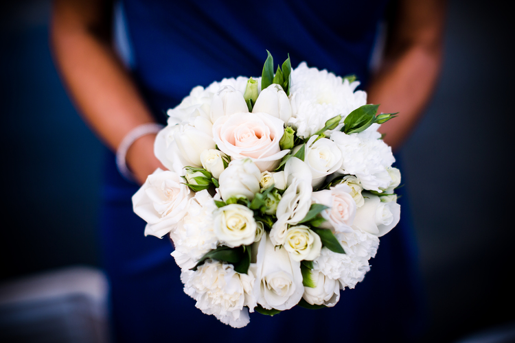 Bridesmaid bouquet in white & champ