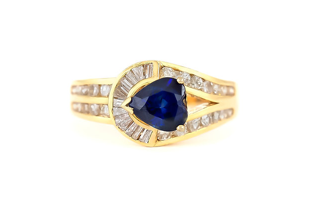 Loop-Shaped Sapphire Ring with Diamonds top