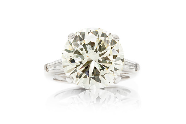 Stunning Round Diamond Ring Front View
