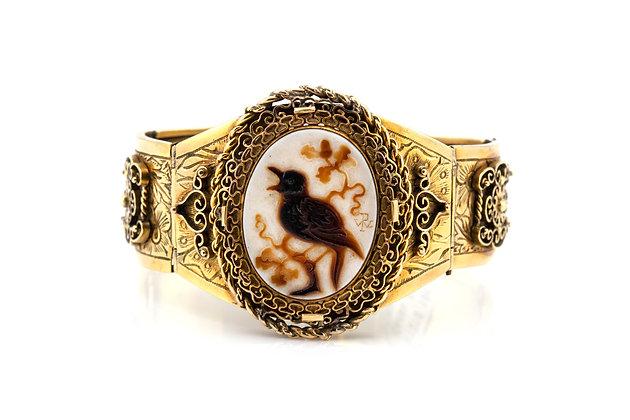 Victorian Cameo Bird Detailed Gold Bracelet top