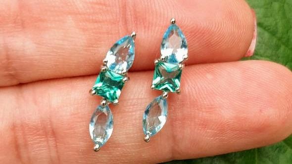 Brinco de pedras azuis e verdes