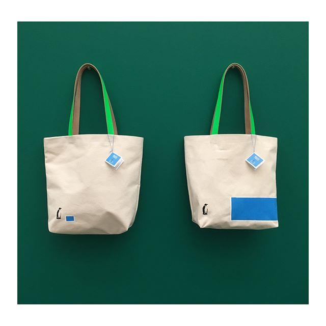 今回のグッズ製作で、他に2種類のトートバッグをデザイン、生産させていただきました。_中のポケットとキーフックをつけて機能性も考えました。_トートバッグのモチーフであるペンギン