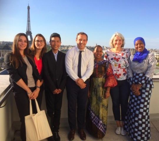 Adrien Taquet, Secrétaire d'Etat à la Protection de l'enfance avec les jeunes du Film Demain est à nous et l'équipe de la Dynamique de la convention aux actes
