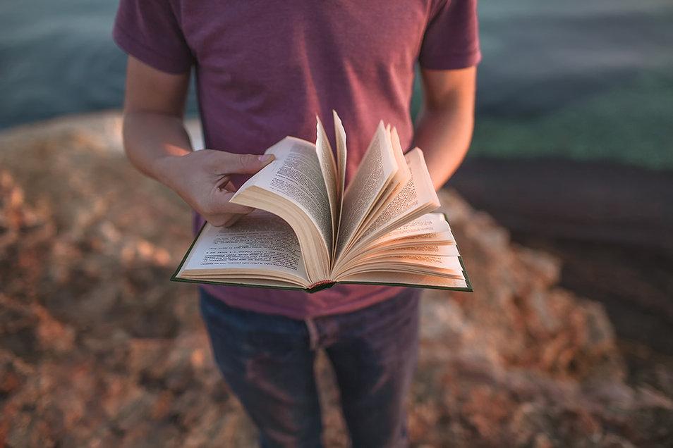 Homem com livro