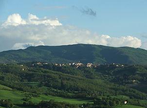 Monghidoro sullo sfondo l'Alpe.jpg