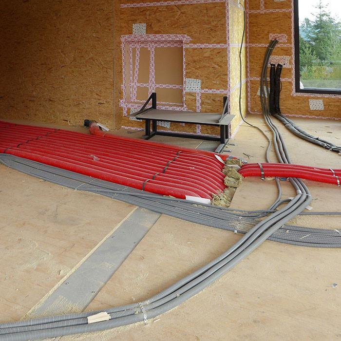 Lüftungsrohre und Elektroleitungen im Holzbau