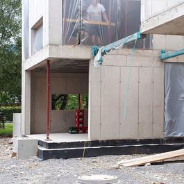 Stahlbauteile thermisch getrennt von den Betonwänden