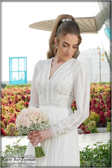 Wedding dress with chiffon sleeves with a special top V