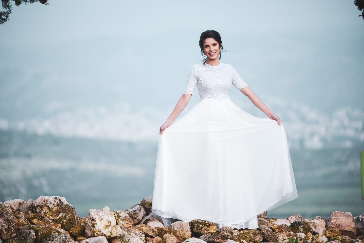 שמלת כלה צנועה עם טול עדין