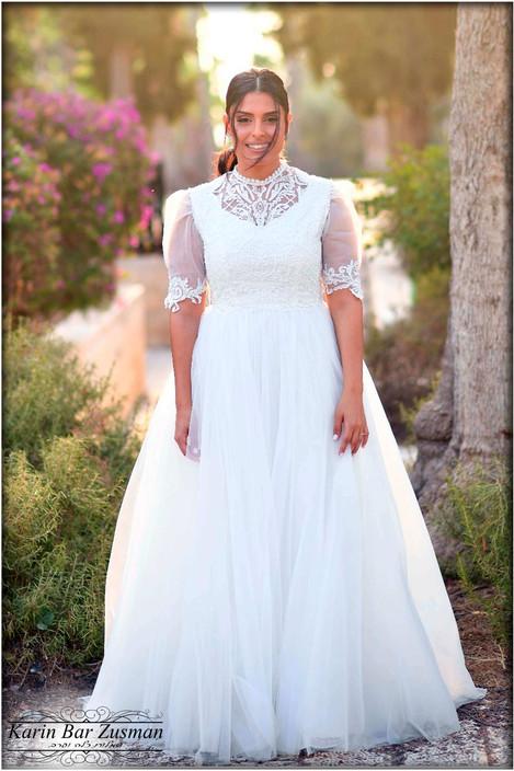 שמלת כלה צנועה עם צווארון עדין ושרוולים