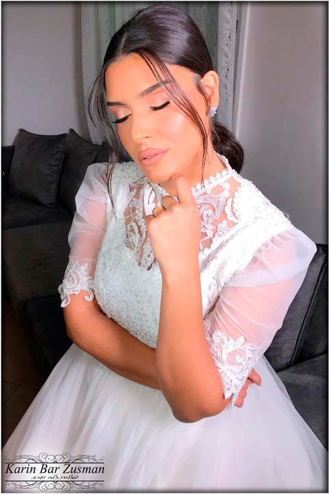 Modest wedding dress with delicate collar and sleeves