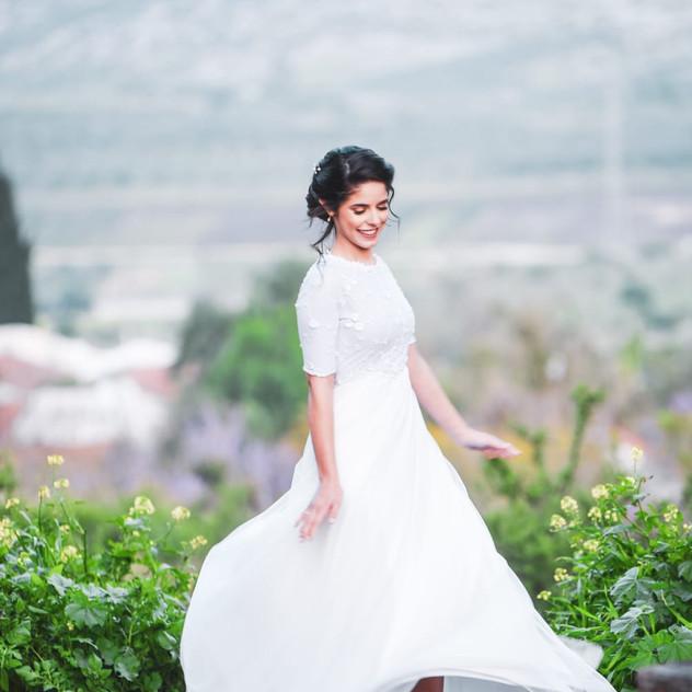 שמלת כלה צנועה עם טול עדין ופרחים עדינים
