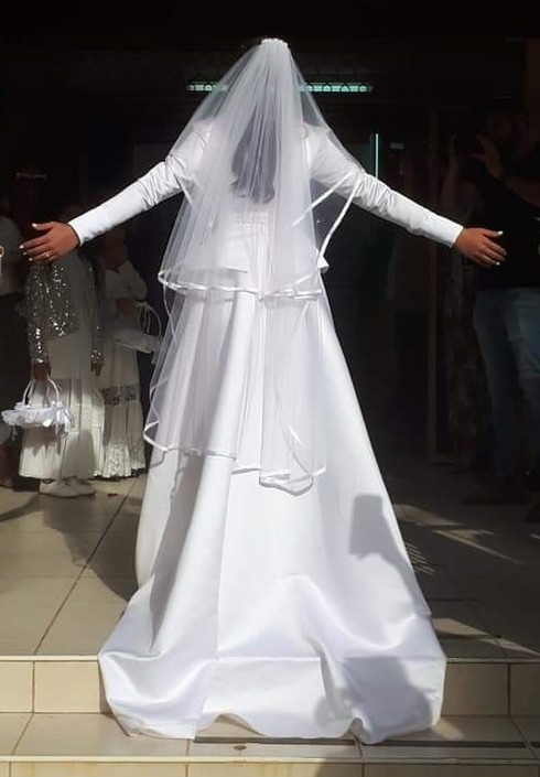 A noble wedding dress with a belt and a ruffled waist model