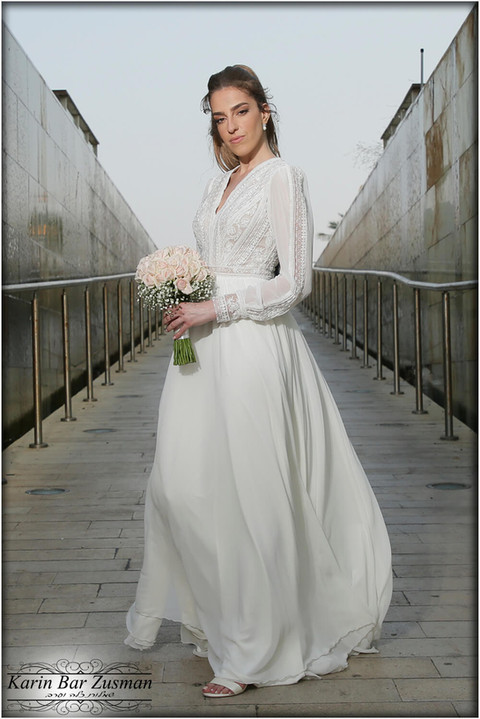 A faint chiffon wedding dress with a special top and protruding top