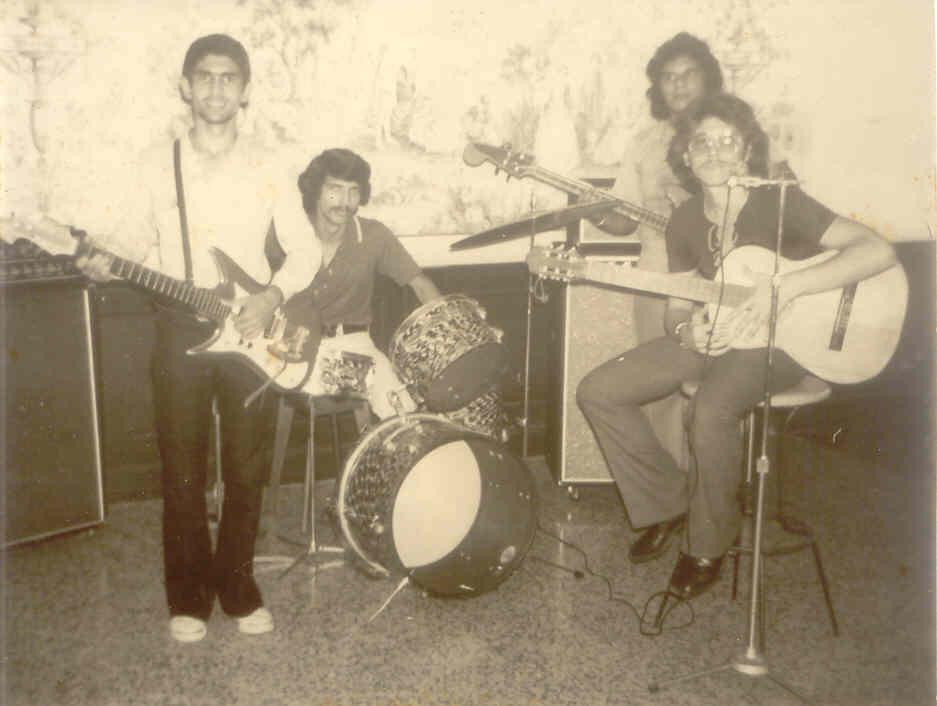 """Montaner tocando guitarra con el Grupo """"Scala""""."""