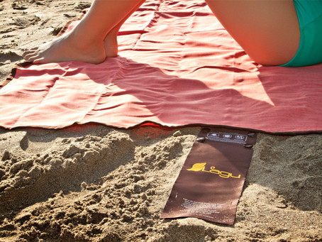 Folding your Lagu sand-free beach blanket