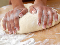 Как правильно говорить: замесить или замешать тесто?
