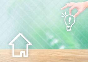 家と電球のイラスト