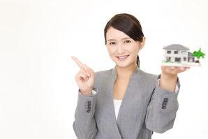家の模型を持つ人物
