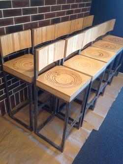 Высокие барные стулья из фанеры