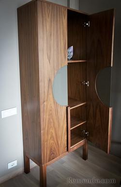 Шкафчик из массива дерева на заказ