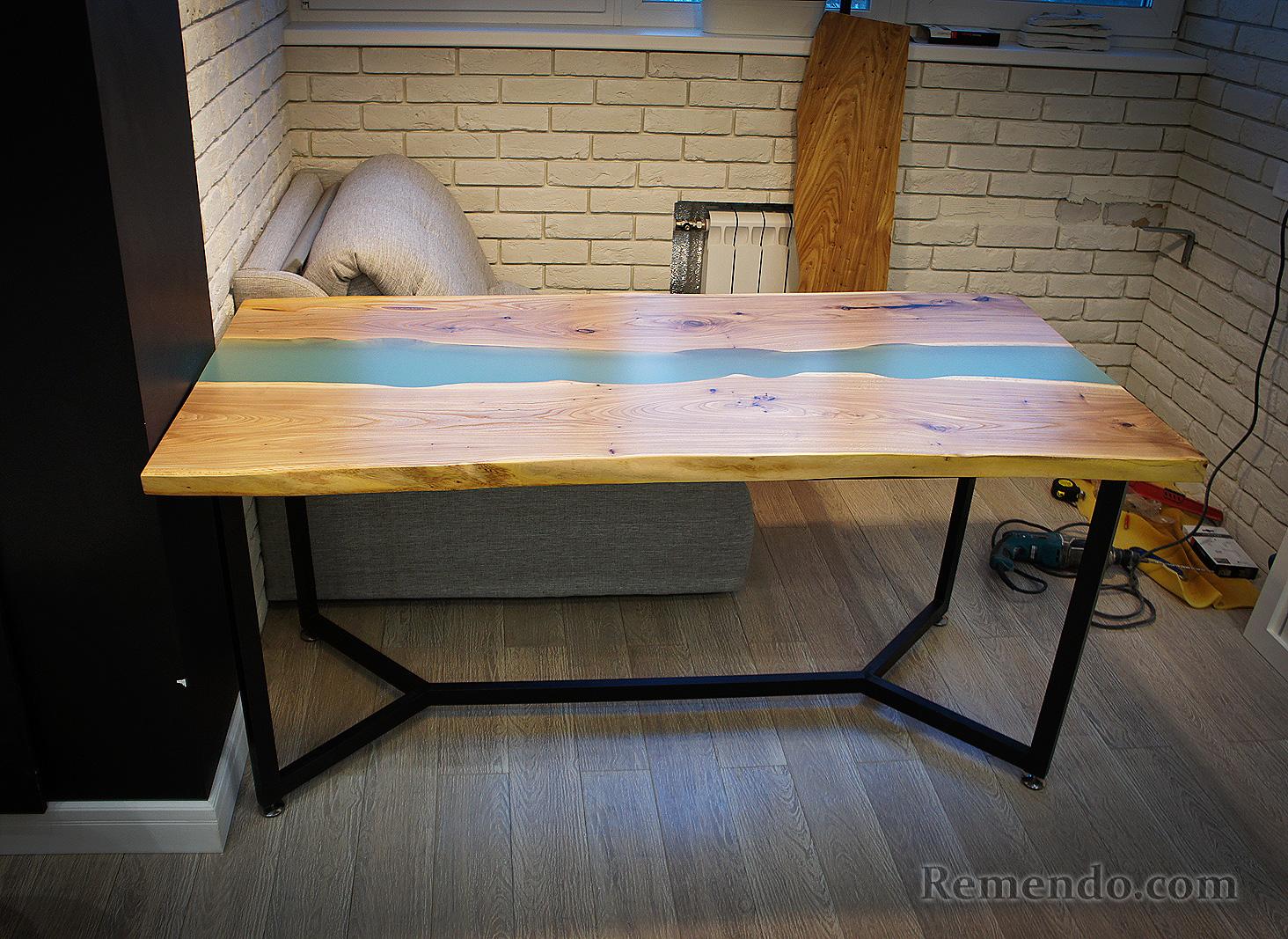 Обеденный стол река