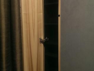 Небольшой шкафчик в стене в санузел