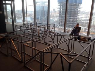 Работа кипит - в процессе сборки офисные столы на металлическом основании
