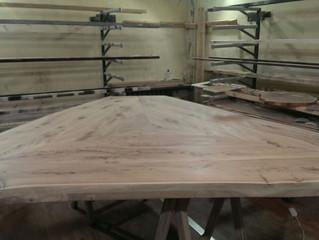 В процессе работы огромный стол из массива