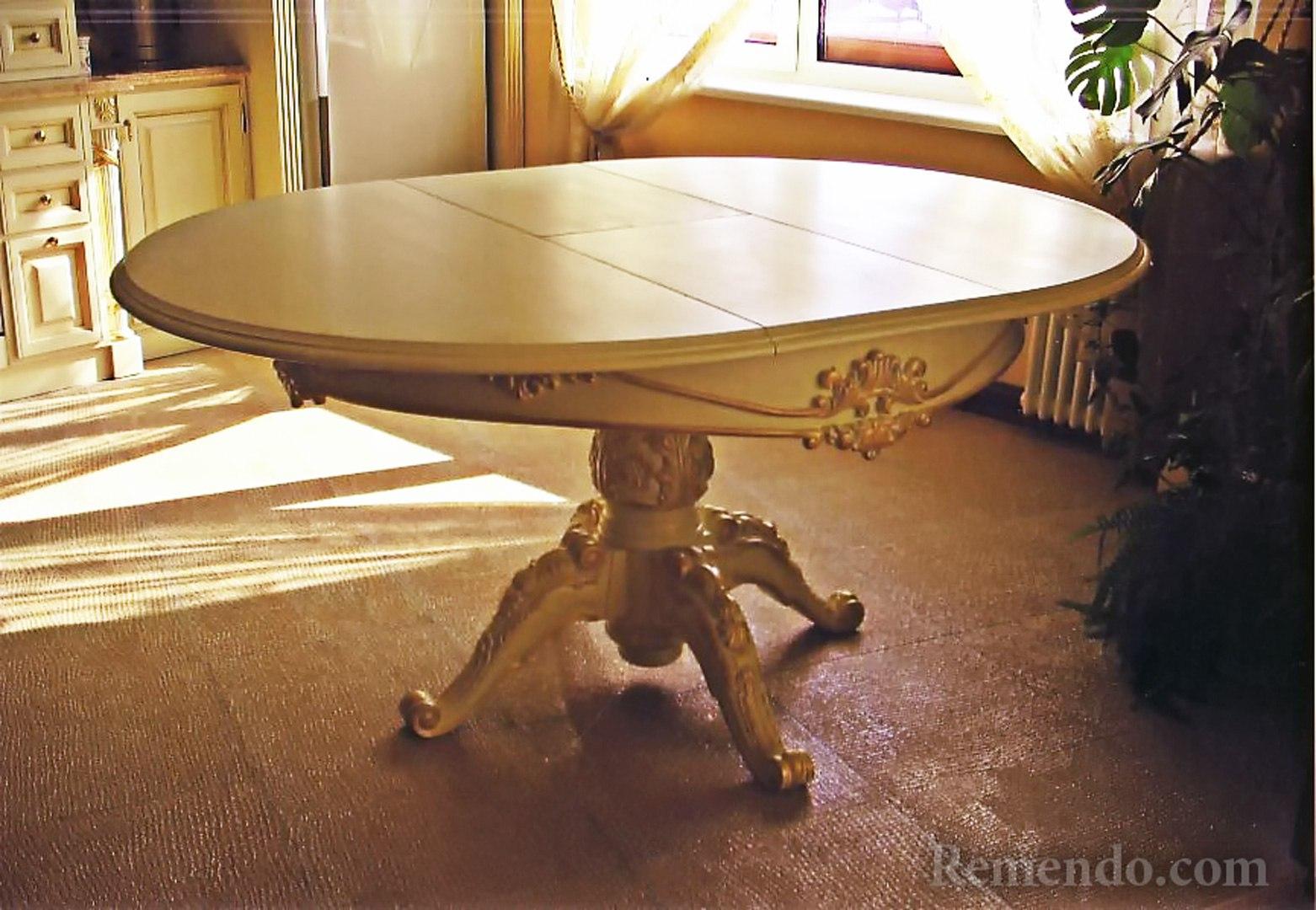 Стол в классическом стиле из дерева