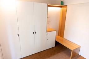 2019: Garderobenschrank mit Sitzbank aus Eiche